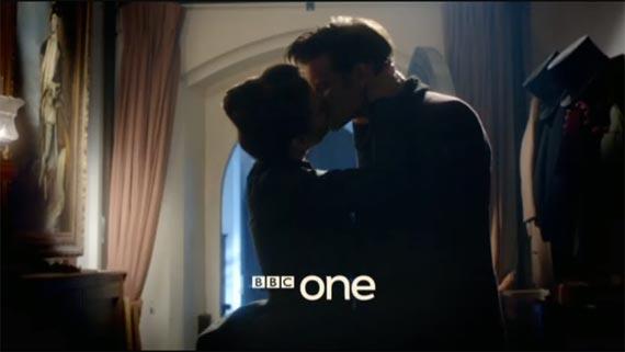 Доктор и его новая спутница целуются