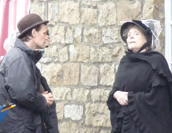 Мэтт Смит и Дайана Ригг во время съемок